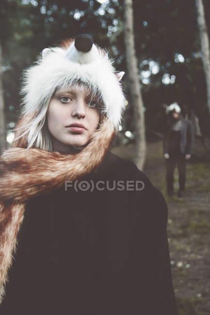 Портрет молодой женщины в лисьей шляпе в лесу — стоковое фото