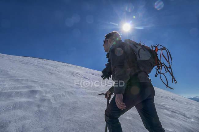 Escursionista contro il sole d'inverno al Parco nazionale dei Monti Sibillini — Foto stock