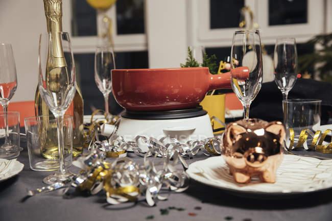 Mesa con fondue de queso para la fiesta de Nochevieja - foto de stock