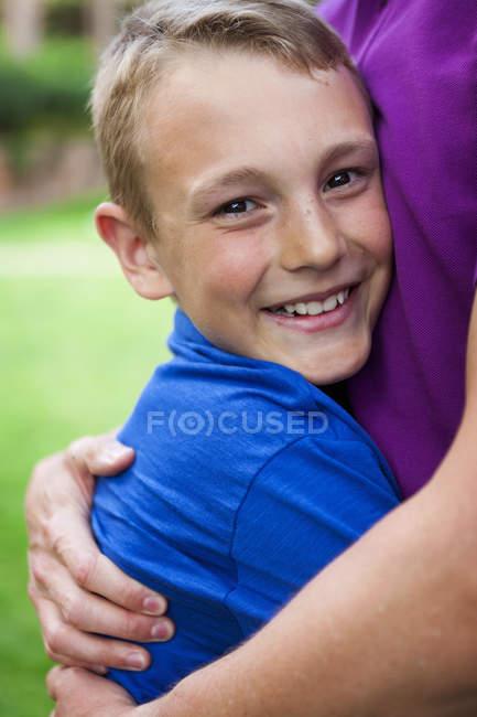 Портрет щасливі хлопчик обійматися батька, крупним планом — стокове фото