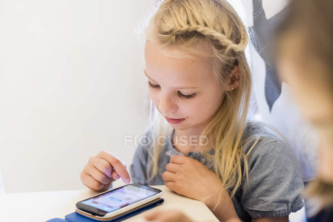 Girl playing on cell phone — Stock Photo