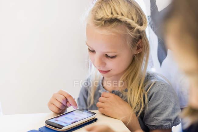 Menina jogando no celular — Fotografia de Stock