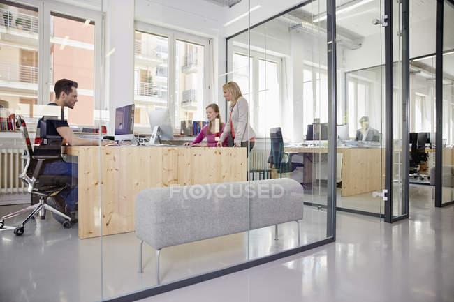 Кавказцы, работающие в современном офисе — стоковое фото