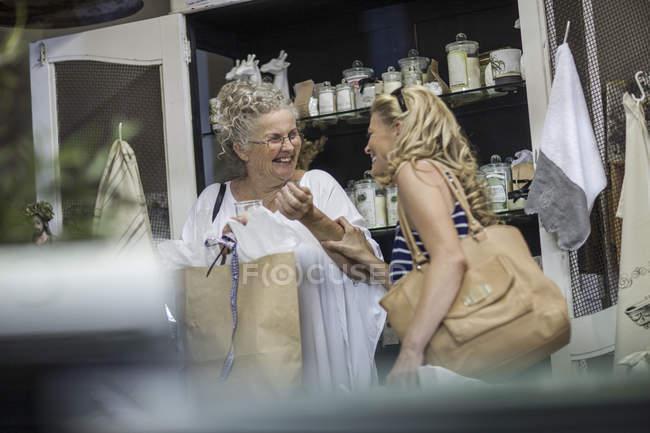 Дві жінки, покупки в магазині — стокове фото