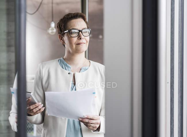 Documento de exploração empresária no escritório — Fotografia de Stock