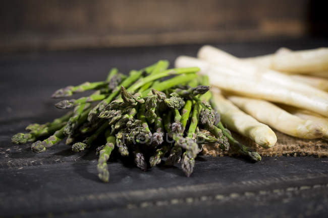 Green and white asparagus — Stock Photo