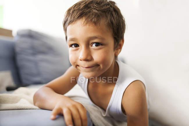 Retrato de um menino sorridente vestindo colete — Fotografia de Stock