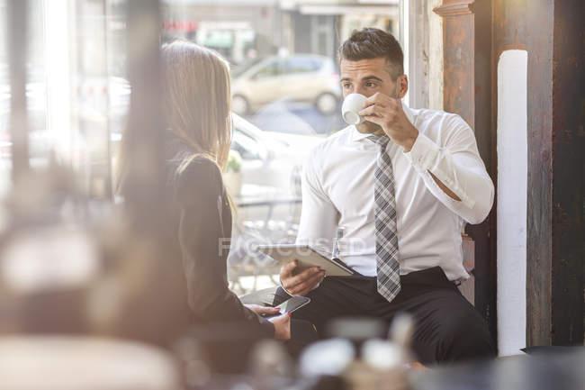 Geschäftsmann und Geschäftsfrau, die mit digitalen tablet — Stockfoto