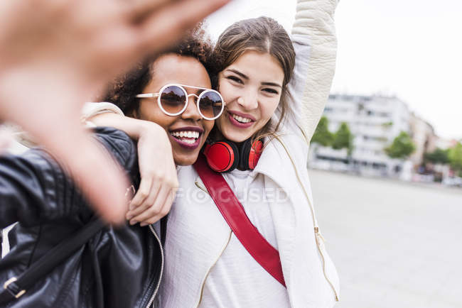 Portrait of two happy best friends looking at viewer — Stock Photo