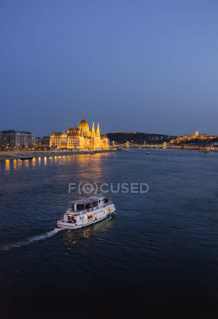 Tourist boats on river danube, parliament building in the background, Hungary, Budapest — Stock Photo