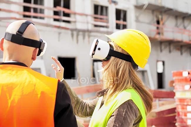 Pareja usando gafas de realidad virtual - foto de stock