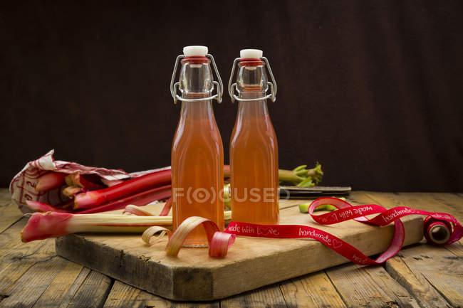 Garrafas de suco de ruibarbo caseiro — Fotografia de Stock