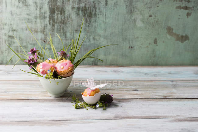 Closeup view of cakes in eggshells decorated with flowers — Stock Photo