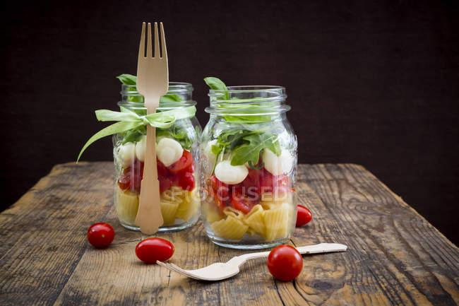 Salade de pâtes dans des bocaux Calabrese — Photo de stock