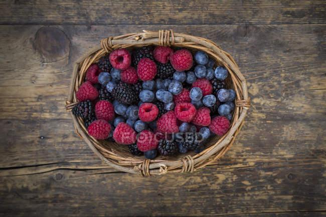 Cestino di vimini di frutti di bosco — Foto stock