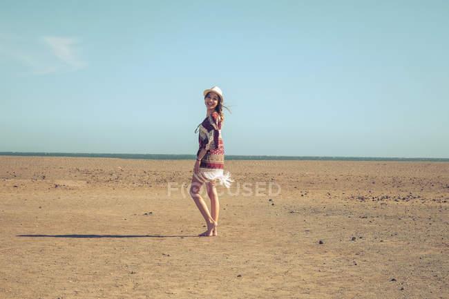 Іспанія, Тенеріфе, молода жінка, ходити в пісок — стокове фото