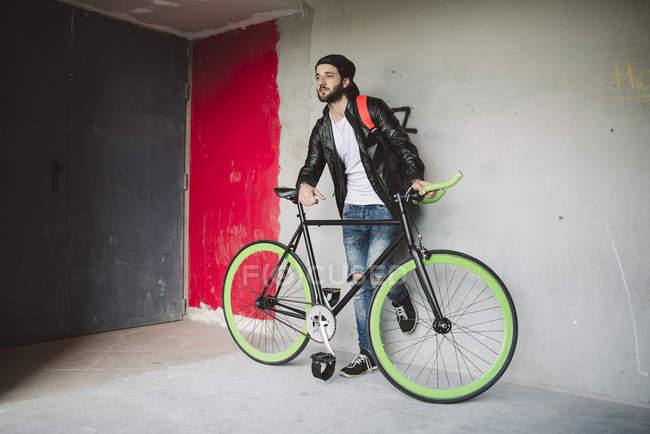 Молода людина з fixie велосипед — стокове фото