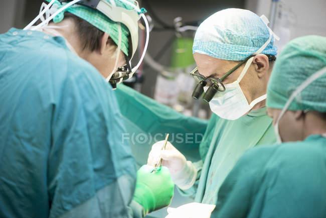 Cirurgiões cardíacos durante uma operação cardíaca — Fotografia de Stock