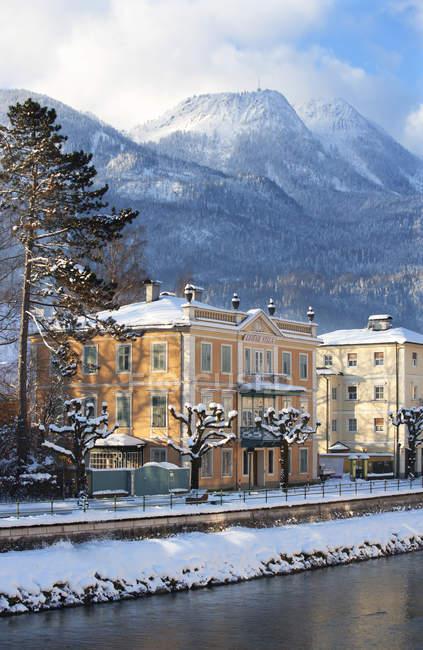 Austria, Bad Ischl, Lehar Villa at Traun river in winter — Stock Photo