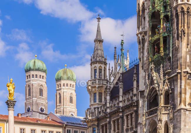 Deutschland, München, Blick auf die Mariensäule, die Türme der Kathedrale Notre-Dame und New City hall — Stockfoto