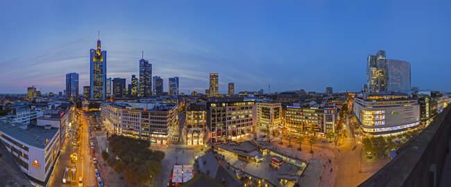 Deutschland, Hessen, Frankfurter Skyline am Abend — Stockfoto