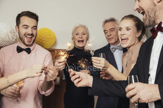 Друзья празднуют Новый год вместе, пьют шампанское — стоковое фото