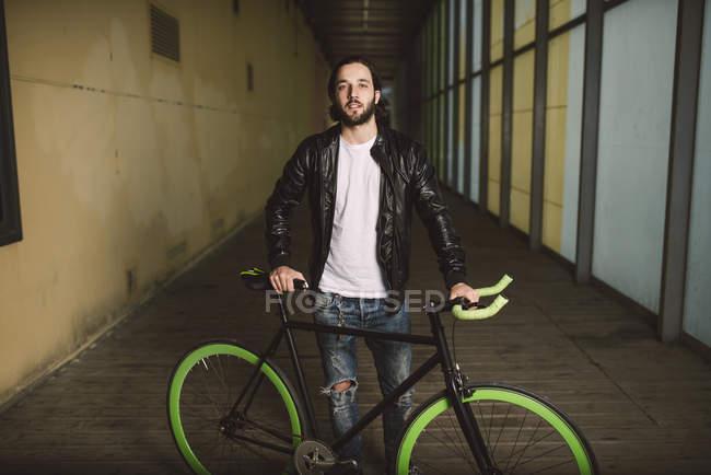 Молодой человек с крепким велосипедом — стоковое фото