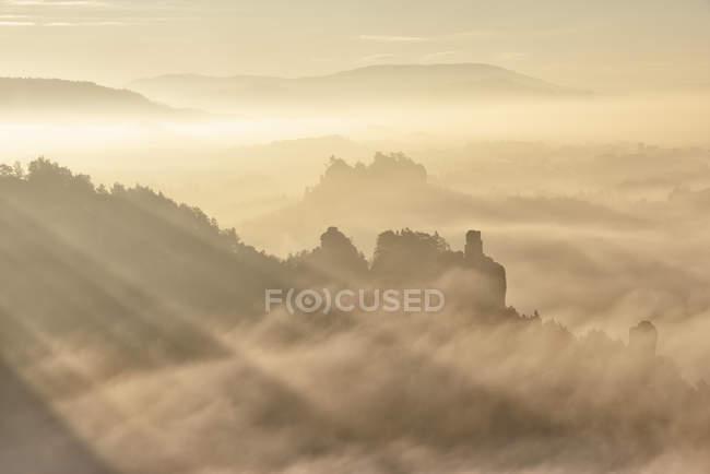 Germania, Sassonia, Elba Montagne di arenaria, Honigsteine e Talwchter nella nebbia — Foto stock