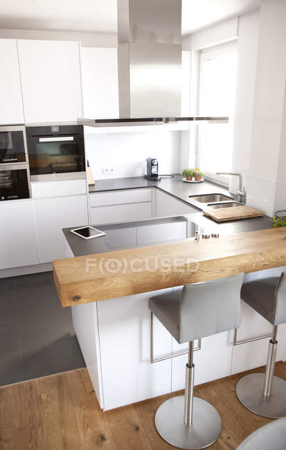 Modern open plan kitchen — Stock Photo