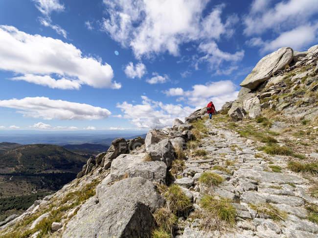 Spagna, Sierra de Gredos, escursioni uomo in montagna nella giornata di sole, vista posteriore — Foto stock