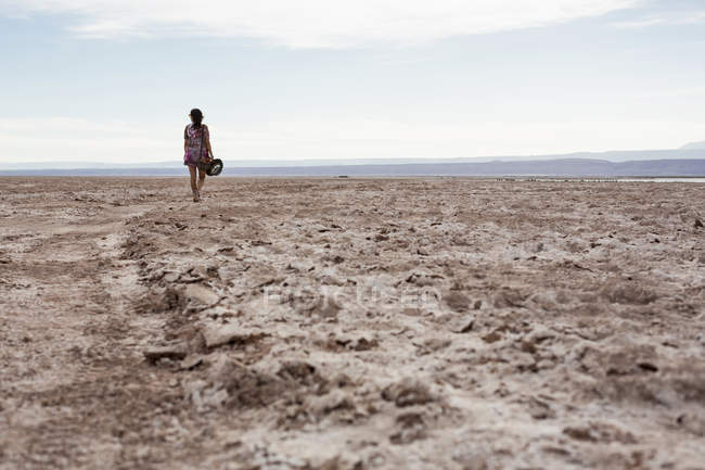 Donna che cammina nel deserto — Foto stock