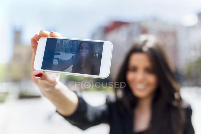 Junge Frau macht eine Selfie hautnah auf dem Display des Smartphones — Stockfoto