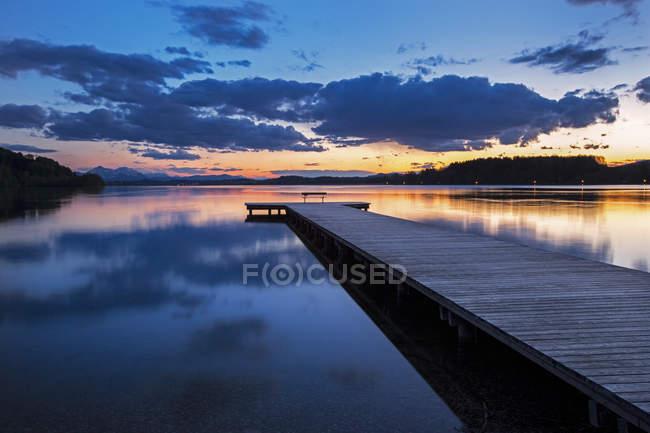 Австрия, федеральная земля, озеро Валлерзее на закате — стоковое фото