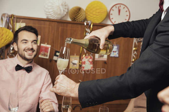 Веселий групою друзів, відкриття шампанське переддень нового року — стокове фото