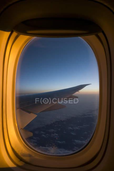 Europa, vista aérea, janela de avião, asa sobre nuvem — Fotografia de Stock