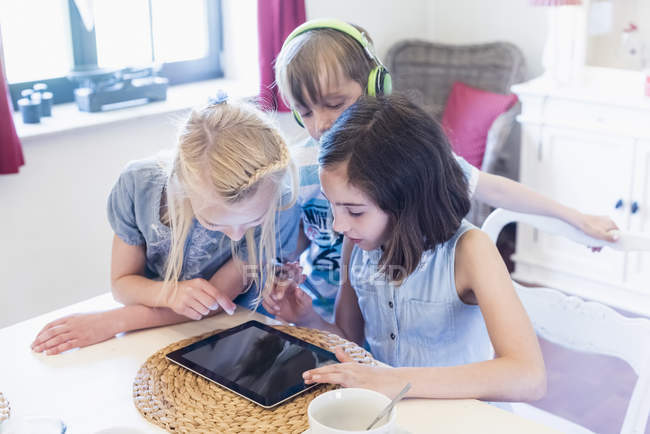 Children sharing mobile devices — Stock Photo