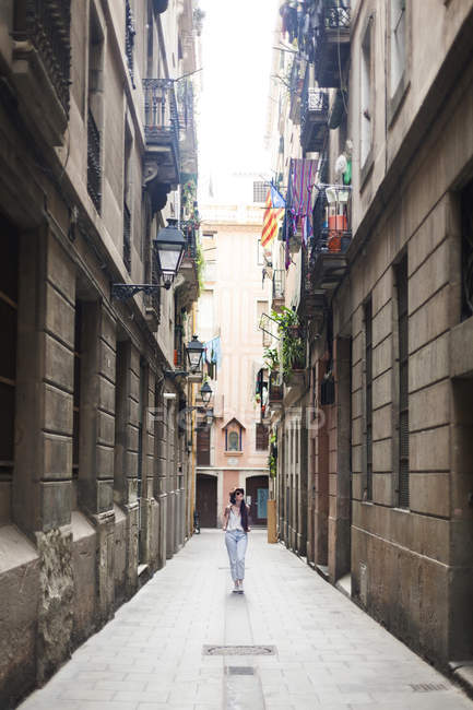 Young tourist discovering streets of Barcelona — Stock Photo