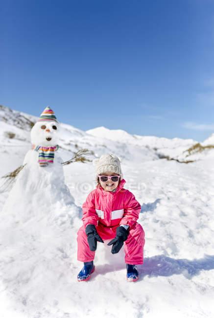 Costruito pupazzi di neve ragazza felice in inverno — Foto stock