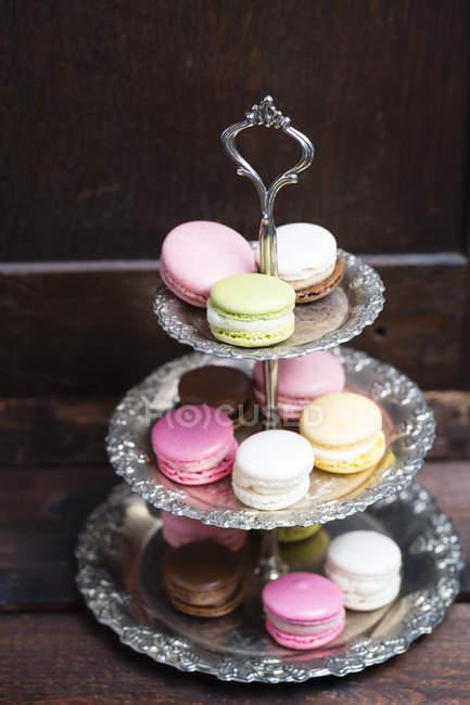 Verschiedene Macarons auf einem Etagere — Stockfoto