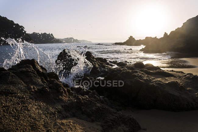 Espagne, Costa Brava, plage de rochers au lever du soleil — Photo de stock