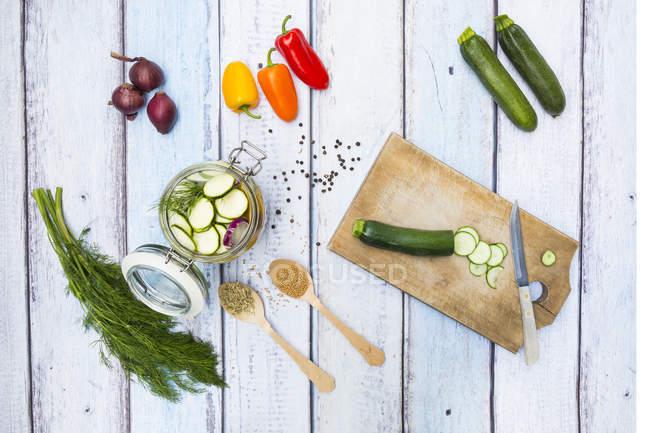 Банку маринованных кабачков и перца — стоковое фото