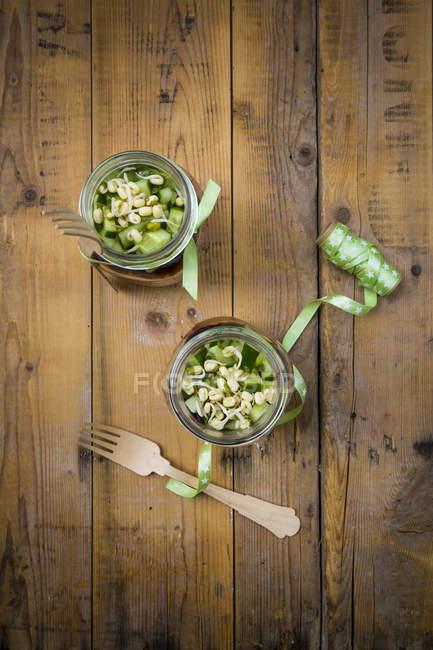 Два бокала салат с ростками и огурец — стоковое фото