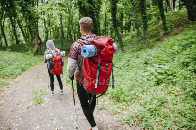 Serbia, Rakovac, young couple hiking with backpacks — Stock Photo