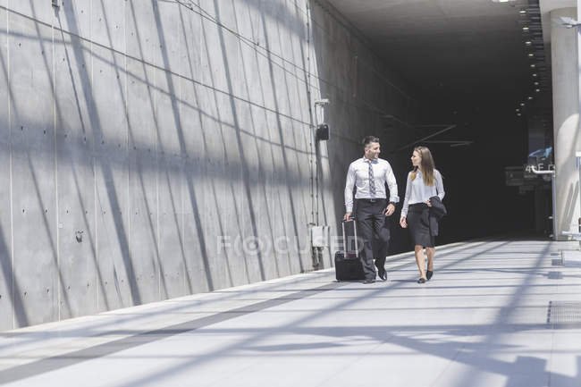 Businessman and businesswoman on the move — Stock Photo