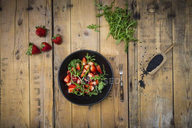 Салат с клубникой, ракетой и чечевицей — стоковое фото