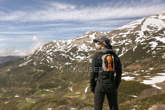 Man hiking in mountains, Spain, Asturias, Somiedo — Stock Photo
