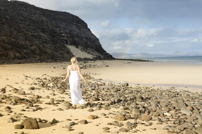 Испания, Фуэртевентура, Хандия, женщину ходить на пляже — стоковое фото