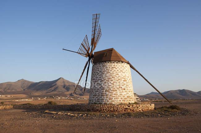 Espanha, Ilhas Canárias, Fuerteventura, Tefia, antigo moinho de vento no campo — Fotografia de Stock