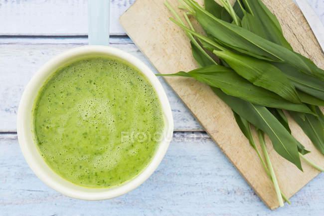 Casserolle de soupe à l'ail ours et Robert fraîche feuilles — Photo de stock