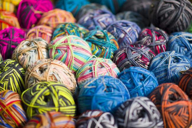 Pila de bolas multicolores de lana - foto de stock